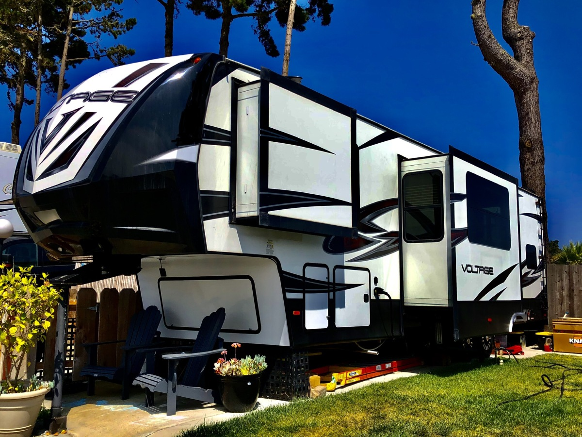 For Sale: 5TH WHEEL TOY HAULER 2018 VOLTAGE 39FT - photo1